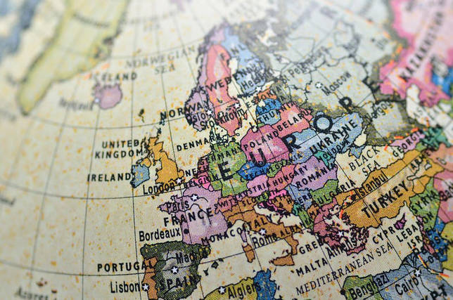 Винтажная карта Европы на глобусе