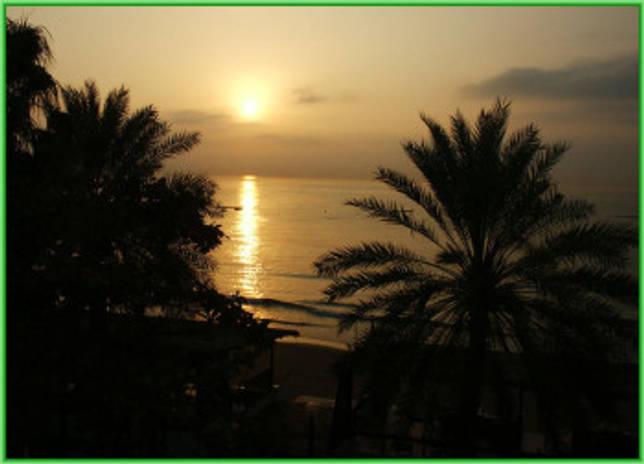 вечерний Индийский океан у берега ОАЭ